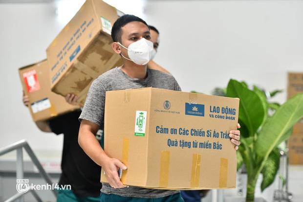 Gần 30.000 bánh Trung thu từ Hà Nội được vận chuyển vào cho y bác sĩ miền Nam - Ảnh 6.