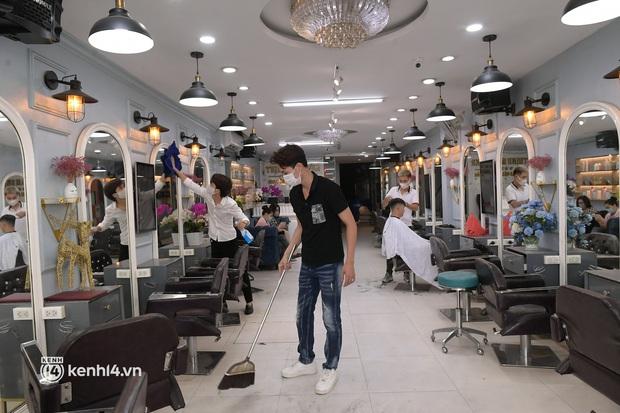Hà Nội: Chủ quán cắt tóc mừng không ngủ được trước giờ mở cửa, cả đêm lấy kéo tập luyện vì sợ... quên nghề - Ảnh 4.
