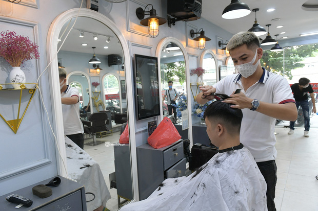 Hà Nội: Chủ quán cắt tóc mừng không ngủ được trước giờ mở cửa, cả đêm lấy kéo tập luyện vì sợ... quên nghề - Ảnh 6.