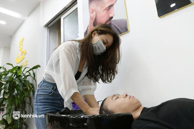 Hà Nội: Chủ quán cắt tóc mừng không ngủ được trước giờ mở cửa, cả đêm lấy kéo tập luyện vì sợ... quên nghề - Ảnh 8.