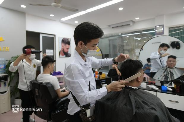 Hà Nội: Chủ quán cắt tóc mừng không ngủ được trước giờ mở cửa, cả đêm lấy kéo tập luyện vì sợ... quên nghề - Ảnh 7.