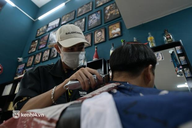 Hà Nội: Chủ quán cắt tóc mừng không ngủ được trước giờ mở cửa, cả đêm lấy kéo tập luyện vì sợ... quên nghề - Ảnh 1.