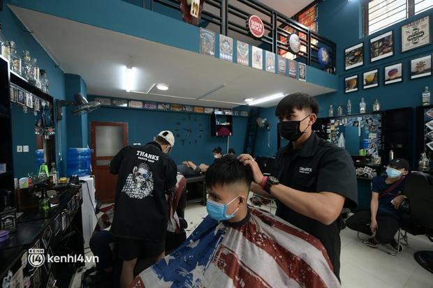 Hà Nội: Chủ quán cắt tóc mừng không ngủ được trước giờ mở cửa, cả đêm lấy kéo tập luyện vì sợ... quên nghề - Ảnh 2.