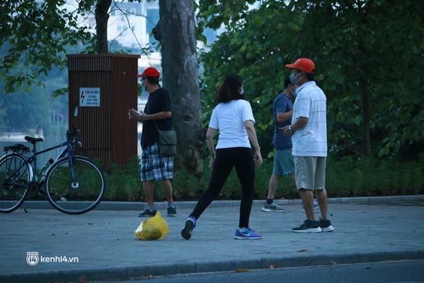 Hà Nội: Sáng sớm 21/9, nhiều người vẫn  ra đường tập thể dục dù quy định mới chưa cho phép - Ảnh 3.