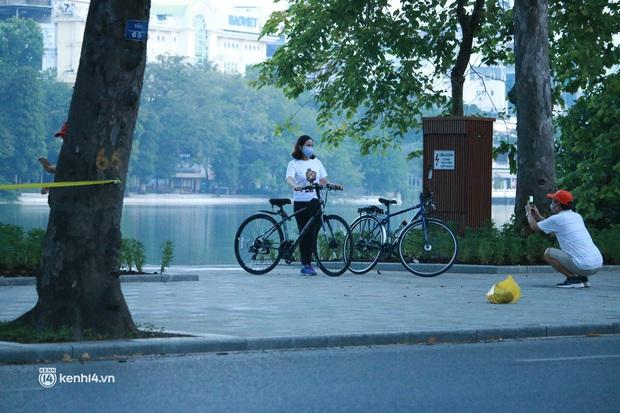 Hà Nội: Sáng sớm 21/9, nhiều người vẫn  ra đường tập thể dục dù quy định mới chưa cho phép - Ảnh 4.