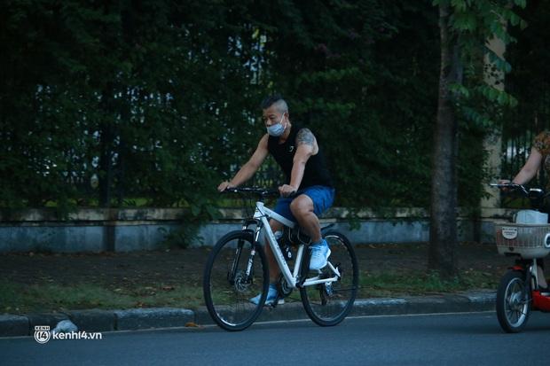 Hà Nội: Sáng sớm 21/9, nhiều người vẫn  ra đường tập thể dục dù quy định mới chưa cho phép - Ảnh 7.