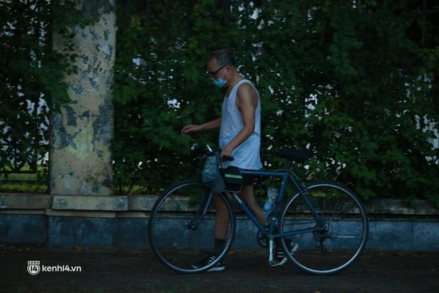 Hà Nội: Sáng sớm 21/9, nhiều người vẫn  ra đường tập thể dục dù quy định mới chưa cho phép - Ảnh 6.