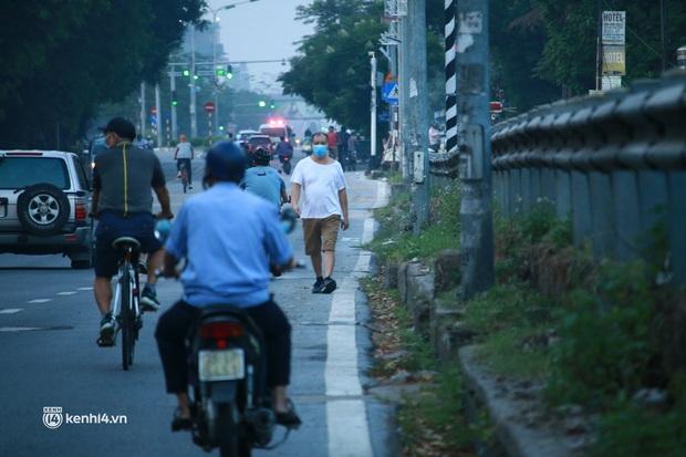 Hà Nội: Sáng sớm 21/9, nhiều người vẫn  ra đường tập thể dục dù quy định mới chưa cho phép - Ảnh 9.