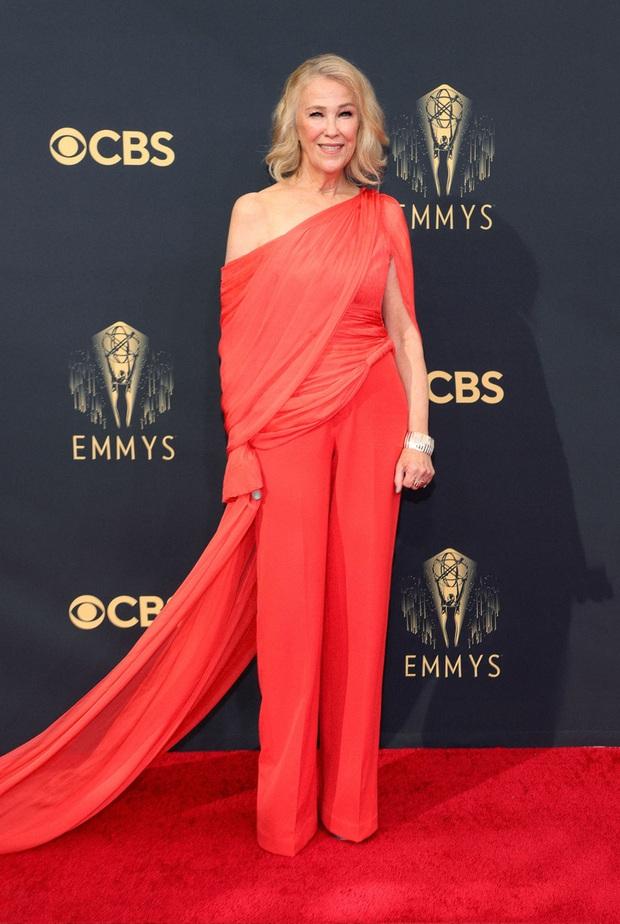 Thảm đỏ Emmy 2021 thì ra có tới 3 người diện đồ của NTK Công Trí, 1 trong số đó còn lọt top 10 mặc đẹp của Harper's Bazaar UK - Ảnh 1.
