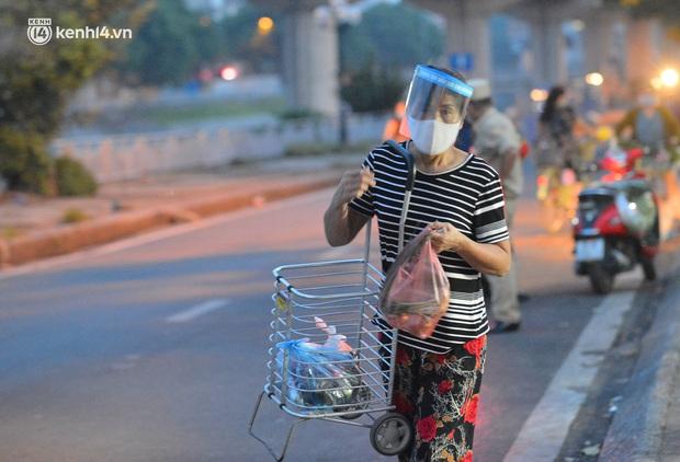 Ảnh: Hà Nội vừa nới lỏng giãn cách xã hội, người dân ra đường từ tờ mờ sáng, chợ dân sinh tấp nập người mua kẻ bán - Ảnh 5.