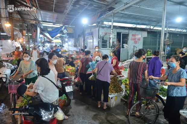 Ảnh: Hà Nội vừa nới lỏng giãn cách xã hội, người dân ra đường từ tờ mờ sáng, chợ dân sinh tấp nập người mua kẻ bán - Ảnh 14.