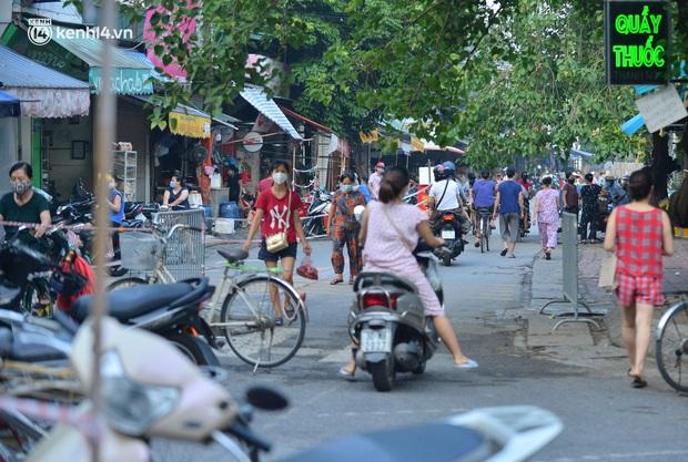 Ảnh: Hà Nội vừa nới lỏng giãn cách xã hội, người dân ra đường từ tờ mờ sáng, chợ dân sinh tấp nập người mua kẻ bán - Ảnh 11.