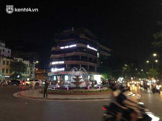 Người dân Hà Nội đổ ra đường đón Tết Trung thu đặc biệt giữa dịch Covid-19 - Ảnh 11.