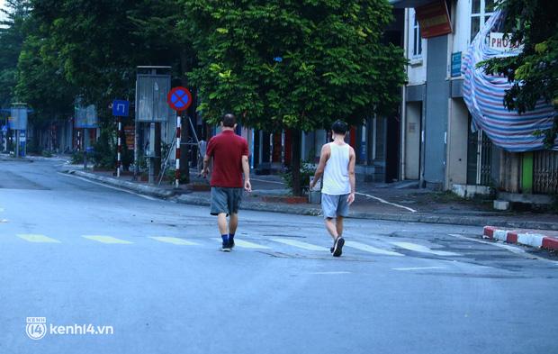 Hà Nội: Sáng sớm 21/9, nhiều người vẫn  ra đường tập thể dục dù quy định mới chưa cho phép - Ảnh 12.