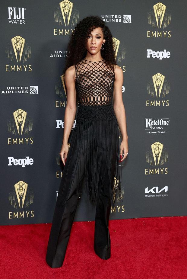 Thảm đỏ Emmy 2021 thì ra có tới 3 người diện đồ của NTK Công Trí, 1 trong số đó còn lọt top 10 mặc đẹp của Harper's Bazaar UK - Ảnh 3.