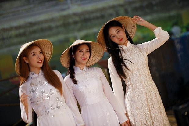 Sao ngoại mặc áo dài: Bắt vội T-ara và Angela Baby làm dâu Việt, ngoài pha mặc áo dài quên quần còn một mỹ nữ gây sốc với hành động giang hồ - Ảnh 5.