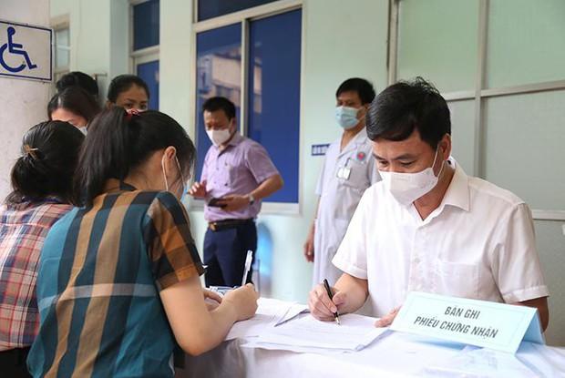 Thông tin mới nhất về việc cô giáo tiêm 2 mũi vắc xin phòng COVID-19 cách nhau 10 phút - Ảnh 1.