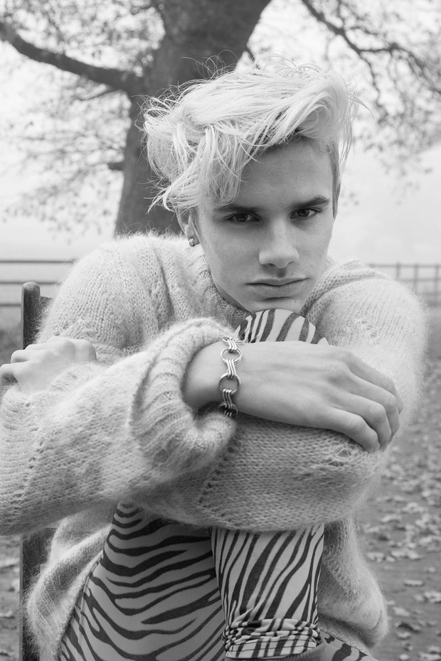 2 lần Romeo Beckham làm mẫu khuấy đảo MXH: 11 tuổi đã hóa mẫu nhí đầy khí chất cho nhà mốt lớn, 19 tuổi lột xác thành soái ca sexy - Ảnh 16.