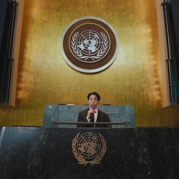 Jungkook (BTS) bùng nổ visual, từ khóa Bảo vật quốc gia leo top 1 trending toàn cầu sau màn xuất hiện quá bảnh tại Liên Hợp Quốc - Ảnh 12.