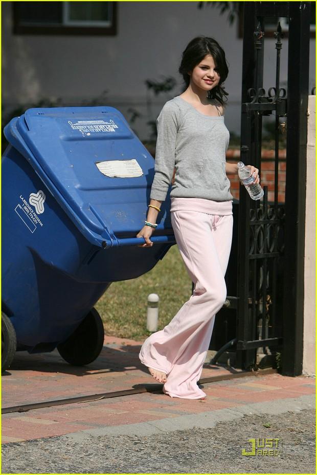 Xinh đến mức mặc xuề xoà, chân đất đi đổ rác cũng xinh là đây: Selena Gomez! - Ảnh 4.
