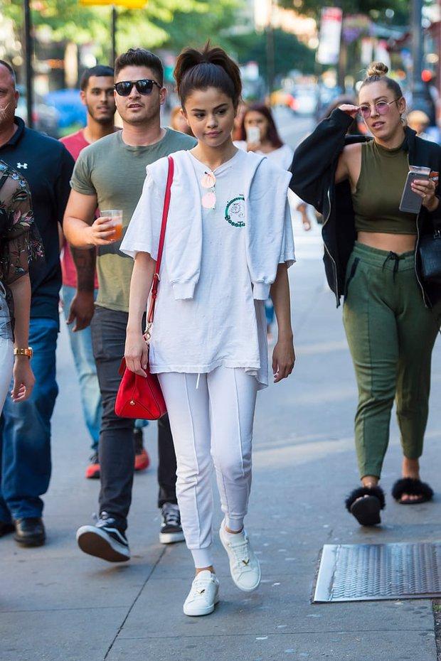Selena Gomez và những lần khuynh đảo cõi mạng dù diện đồ nỉ: Ôi luộm thuộm mà hot thế này thì ai chẳng muốn! - Ảnh 3.
