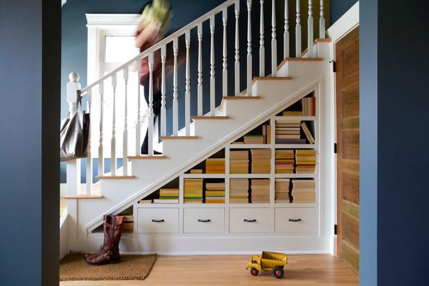 Nhà nào bỏ phí gầm cầu thang phải học ngay 6 gợi ý hay ho này, làm góc chill hay tủ để đồ đều hợp lý - Ảnh 1.