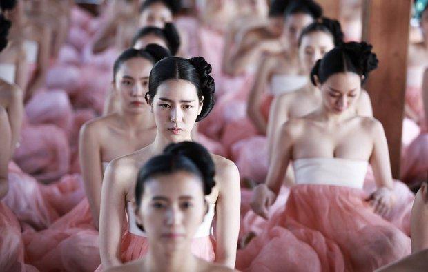 Loạt phim Hàn bị chỉ trích vì biến tấu quốc phục: Hở hang, phản cảm, toàn bắt diễn viên khoe vòng một - Ảnh 1.