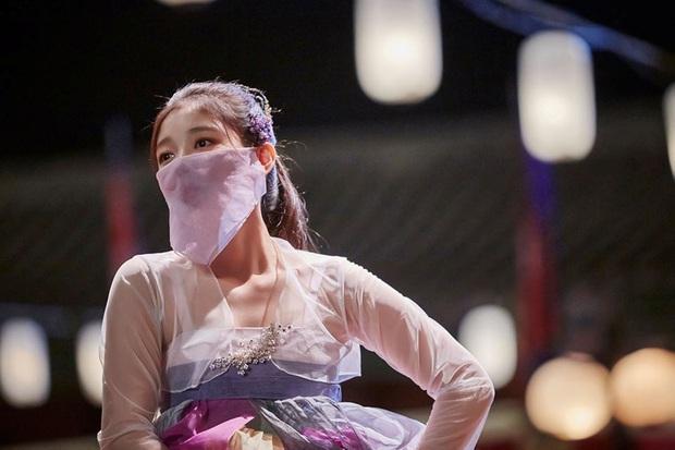 Loạt phim Hàn bị chỉ trích vì biến tấu quốc phục: Hở hang, phản cảm, toàn bắt diễn viên khoe vòng một - Ảnh 2.