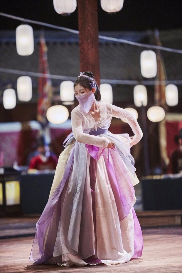 Loạt phim Hàn bị chỉ trích vì biến tấu quốc phục: Hở hang, phản cảm, toàn bắt diễn viên khoe vòng một - Ảnh 3.