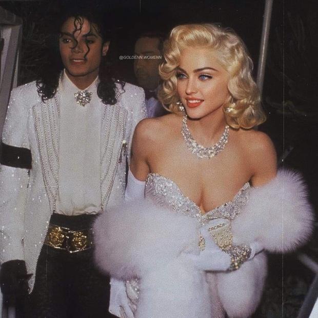 Huyền thoại thảm đỏ Oscar: Madonna đẹp đến độ kiêu sa vô thực, vòng 1 ngồn ngộn ngộp thở lu mờ ông hoàng Michael Jackson - Ảnh 2.
