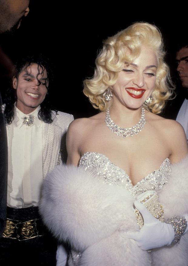 Huyền thoại thảm đỏ Oscar: Madonna đẹp đến độ kiêu sa vô thực, vòng 1 ngồn ngộn ngộp thở lu mờ ông hoàng Michael Jackson - Ảnh 4.