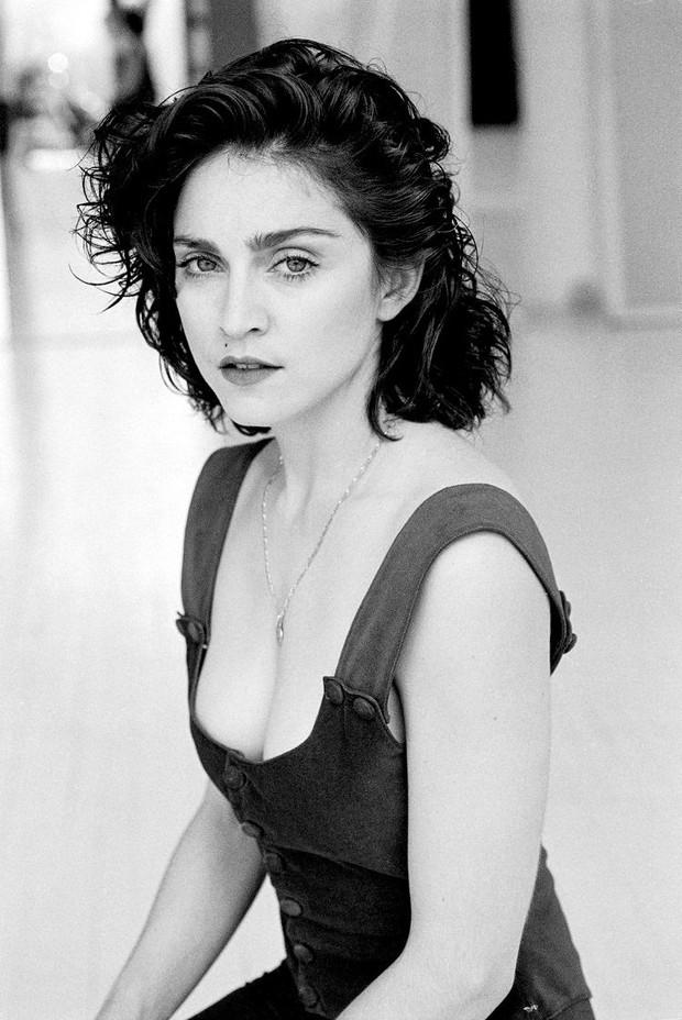 Huyền thoại thảm đỏ Oscar: Madonna đẹp đến độ kiêu sa vô thực, vòng 1 ngồn ngộn ngộp thở lu mờ ông hoàng Michael Jackson - Ảnh 10.