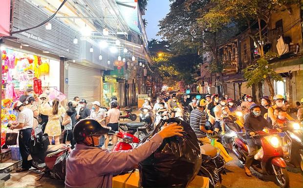 Người dân đổ về phố Hàng Mã mua sắm tối Tết Trung thu - Ảnh 1.