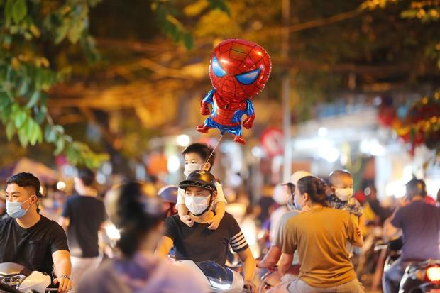Người dân đổ về phố Hàng Mã mua sắm tối Tết Trung thu - Ảnh 3.