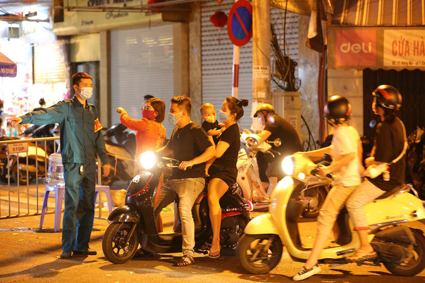 Người dân đổ về phố Hàng Mã mua sắm tối Tết Trung thu - Ảnh 7.