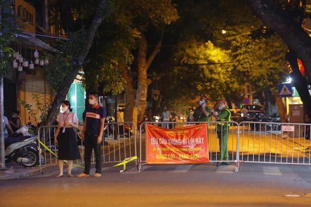 Người dân đổ về phố Hàng Mã mua sắm tối Tết Trung thu - Ảnh 13.