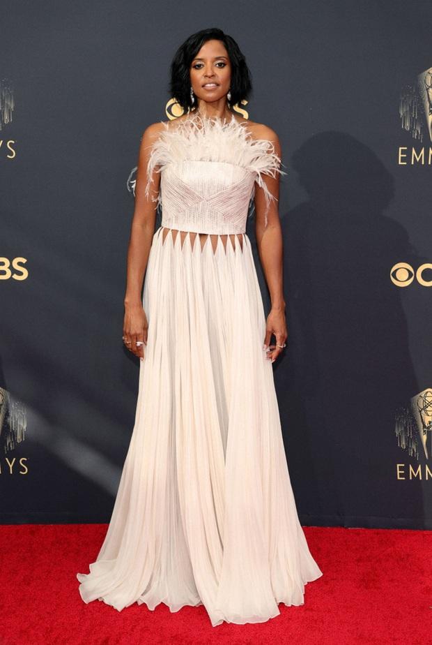 Thảm đỏ Emmy 2021 thì ra có tới 3 người diện đồ của NTK Công Trí, 1 trong số đó còn lọt top 10 mặc đẹp của Harper's Bazaar UK - Ảnh 4.