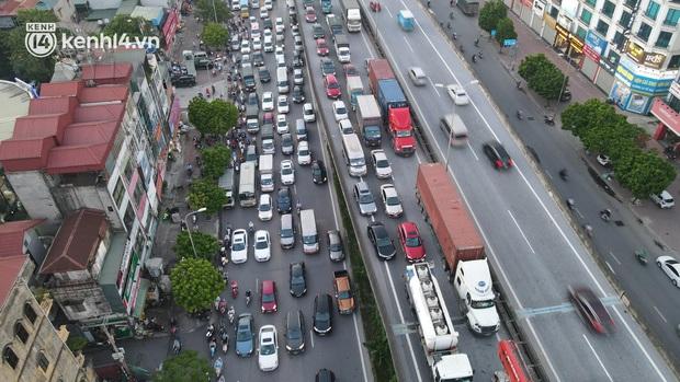 Ảnh: Nhiều tuyến đường Hà Nội tắc cứng giờ tan tầm trong ngày đầu mở lại nhiều dịch vụ - Ảnh 6.