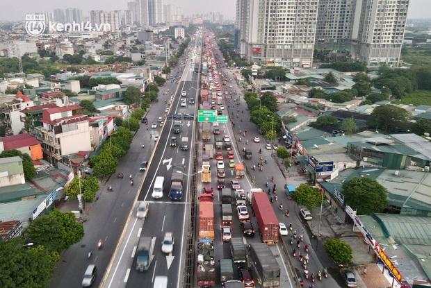 Ảnh: Nhiều tuyến đường Hà Nội tắc cứng giờ tan tầm trong ngày đầu mở lại nhiều dịch vụ - Ảnh 5.