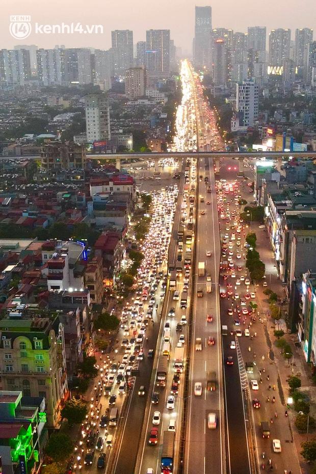 Ảnh: Nhiều tuyến đường Hà Nội tắc cứng giờ tan tầm trong ngày đầu mở lại nhiều dịch vụ - Ảnh 4.