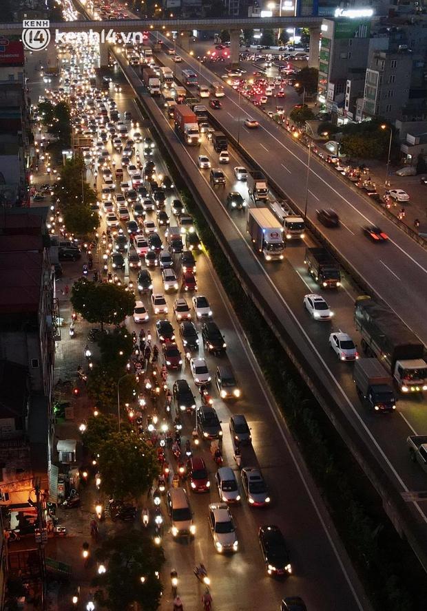 Ảnh: Nhiều tuyến đường Hà Nội tắc cứng giờ tan tầm trong ngày đầu mở lại nhiều dịch vụ - Ảnh 3.