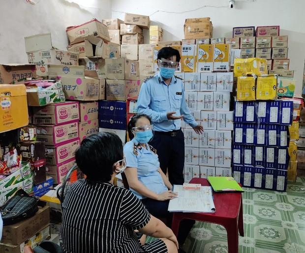 Tạm giữ kho bánh Trung thu khủng do Trung Quốc sản xuất không có hóa đơn, chứng từ - Ảnh 1.