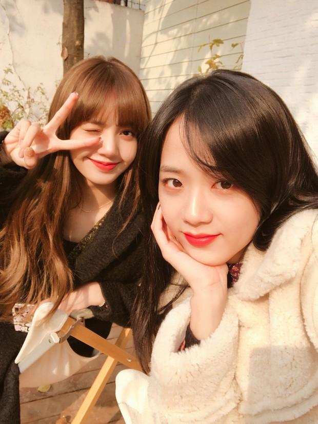 Lisa hé lộ lần đầu tiên gặp thành viên BLACKPINK: Cử chỉ ấn tượng của Jennie chưa chắc đã gây tò mò bằng nhan sắc Jisoo - Ảnh 8.