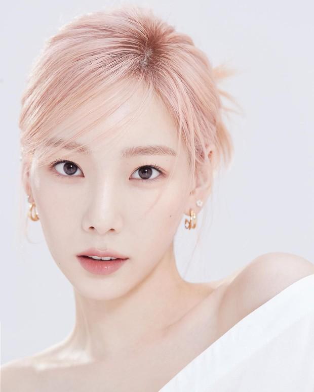 Loạt trưởng nhóm Kpop hack tuổi đỉnh cao: Taeyeon là chị cả mà tưởng em út, RM ngày càng lột xác sexy - Ảnh 3.