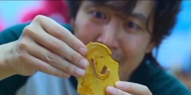 Ngay lúc này: Ảnh chế miếng kẹo đường ở Squid Game cực hot trên MXH, cả dàn cast tuyên bố chết hết từ tập 3 vì không liếm nổi - Ảnh 2.
