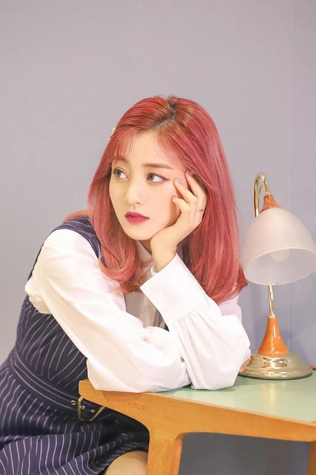 Loạt trưởng nhóm Kpop hack tuổi đỉnh cao: Taeyeon là chị cả mà tưởng em út, RM ngày càng lột xác sexy - Ảnh 27.