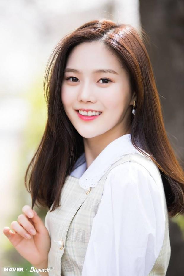 Loạt trưởng nhóm Kpop hack tuổi đỉnh cao: Taeyeon là chị cả mà tưởng em út, RM ngày càng lột xác sexy - Ảnh 38.