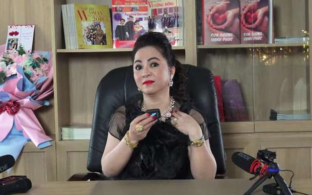 Fanpage Vietcombank lên tiếng sau phát ngôn của bà Phương Hằng về tạm khoá báo có, netizen vẫn tiếp tục chất vấn - Ảnh 1.