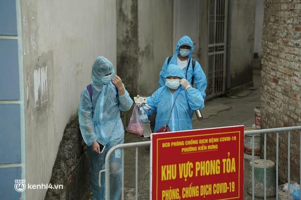 Hà Nội: Lấy mẫu xét nghiệm, đưa 21 trường hợp F1 tại Hà Đông đi cách ly sau 2 ca dương tính SARS-CoV-2 - Ảnh 4.