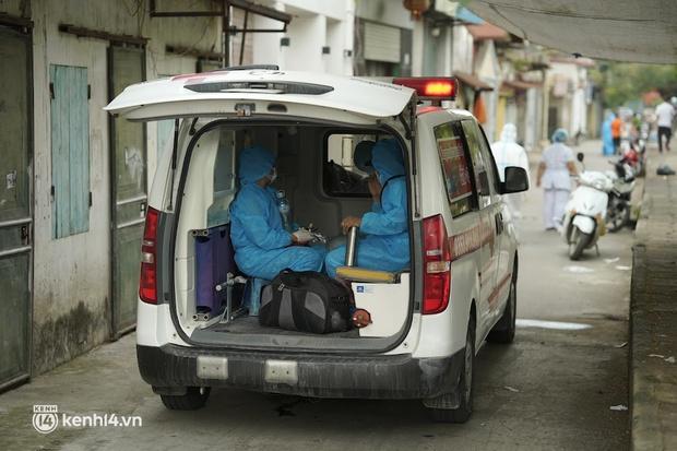 Hà Nội: Lấy mẫu xét nghiệm, đưa 21 trường hợp F1 tại Hà Đông đi cách ly sau 2 ca dương tính SARS-CoV-2 - Ảnh 6.
